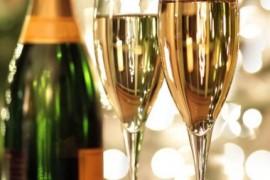 Cum se bea corect șampania. Reguli ca să nu te faci de rîs în noaptea dintre ani